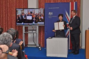 Governor Koike signs MoU with Lord Mayor of London