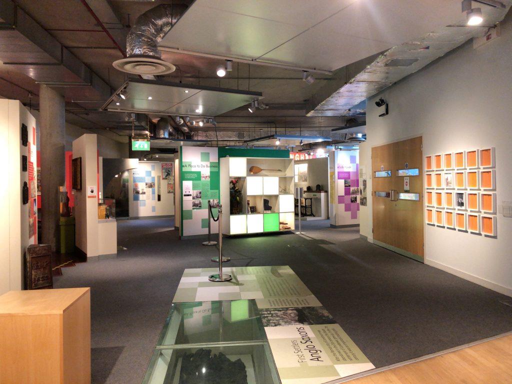 博物館の入り口から常設展会場を望む